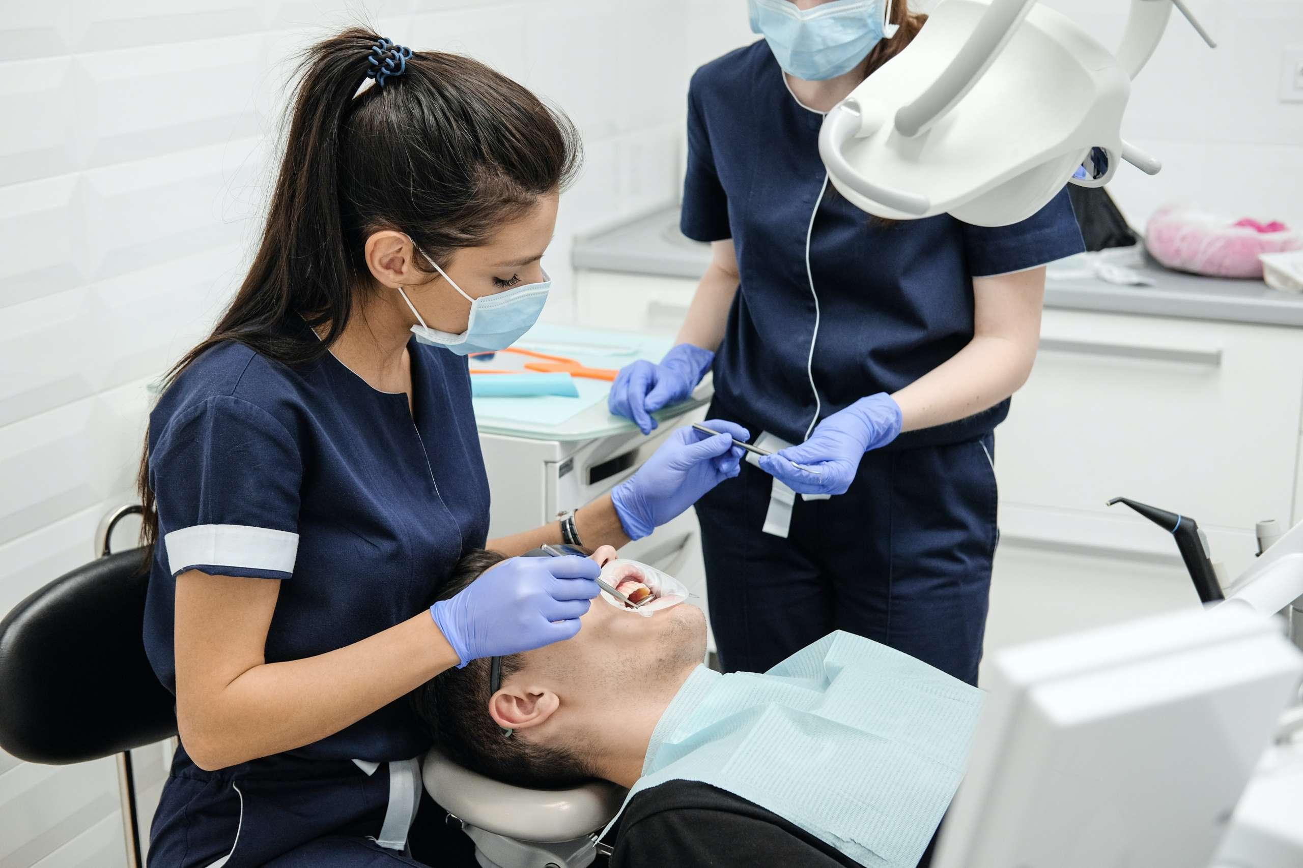 Jakie są wskazania do leczenia kanałowego zębów?