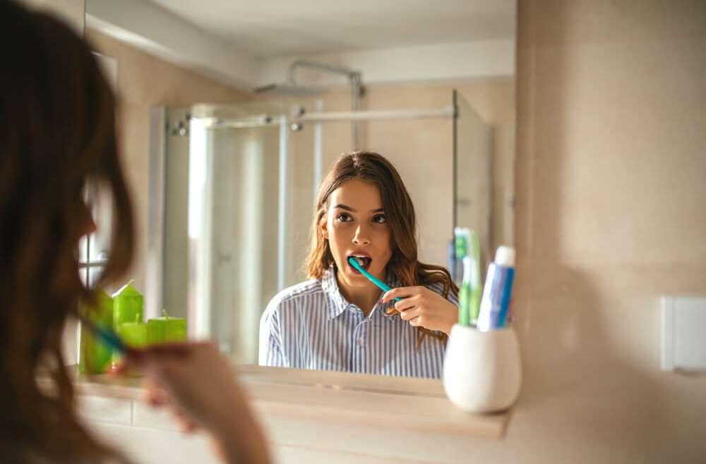 Krwawienie podczas szczotkowania zębów – częsty symptom chorób przyzębia