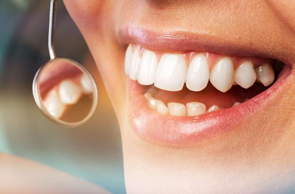 Czy paradontoza jest przeszkodą do wszczepienia implantów zębowych?