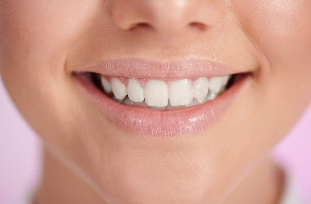 Poprawa wyglądu dziąseł u periodontologa – na jakie zabiegi można się zdecydować?